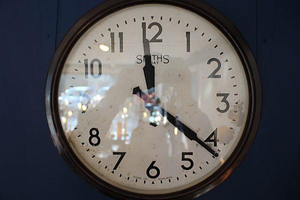 Smiths 8 day bakelite clock 2